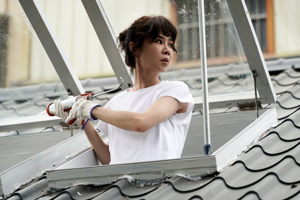 謝盈萱在「俗女2」中房子裝修自己來。圖/華視、CATCHPLAY提供