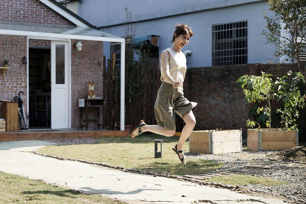 謝盈萱在「俗女2」中對擁有自己的房子展現雀躍模樣。圖/華視、CATCHPLAY提...