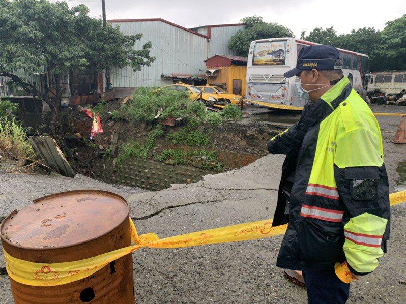 高雄鳳山區五甲一二路臨一巷路面今天下午傳出水泥覆蓋地塌陷約3平方公尺大小,讓周遭居民嚇壞了。記者邱奕能/翻攝