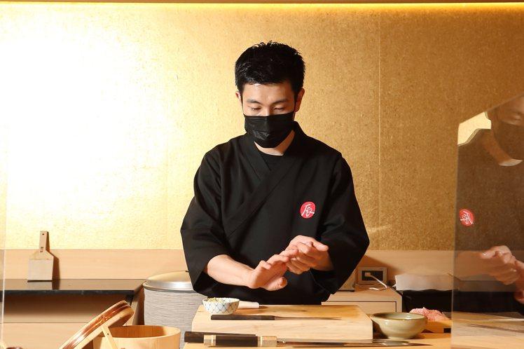板前位置可以就近欣賞料理長阪口琢磨的手藝。記者陳睿中/攝影