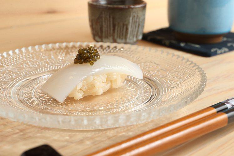 墨烏賊搭配魚子醬,藉由魚子醬提昇成熟鹹度。。記者陳睿中/攝影