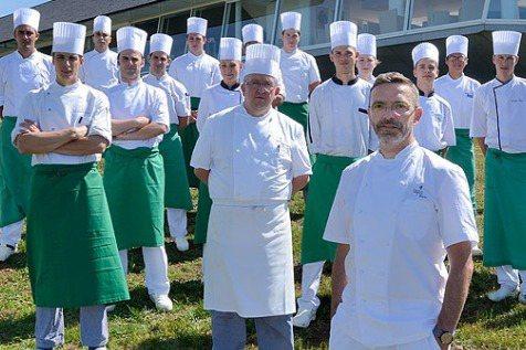 2017年,連續18年拿到米其林三星的法國餐廳Le Suquet,主廚Sebastien Bras(前左一)公開宣示不再接受米其林評鑑。圖/摘自法國Le Suquet餐廳官網