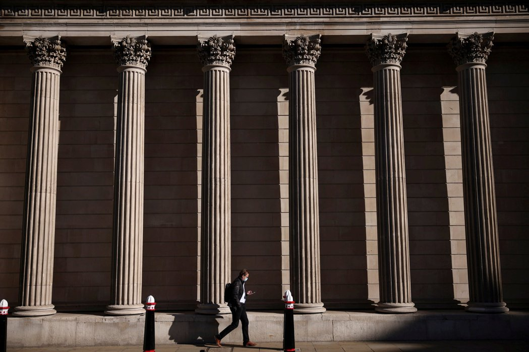 英國央行5日決議維持現行貨幣政策不變,但警告近期內通膨率可能超標。   路透