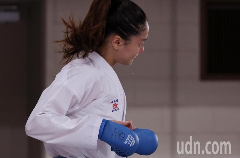 我國空手道女將文姿云在東京奧運女子55公斤級4強賽遭判定落敗,無緣爭奪金牌,她接受完訪問後跑離採訪區,眼淚忍不住掉了下來。特派記者余承翰/東京攝影