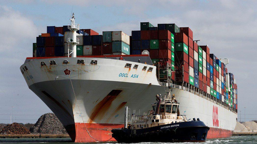 中國大陸到美國航線的貨櫃運費再創新高,40呎貨櫃每只運費已漲破2萬美元關卡。路透
