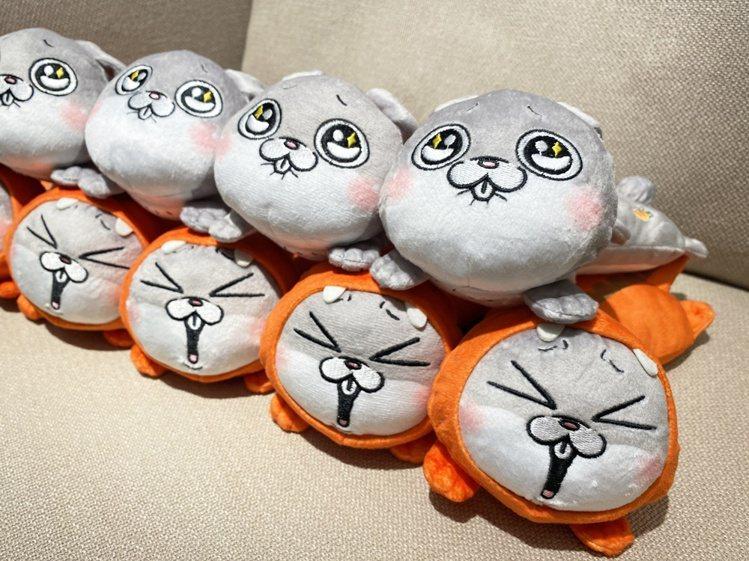 「好想兔靠手枕-今天是恐龍」、「好想兔靠手枕-今天是萌兔」,每款售價239元,於...