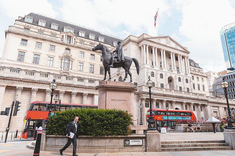 英國央行決議維持現行貨幣政策不變,並警告近期內通膨率可能超標。(路透)