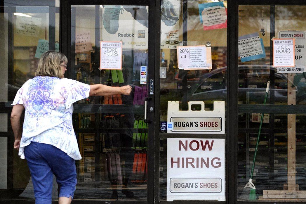 美國勞動市場持續緩慢好轉,上周首度申領失業補助的人數,連續第二周下滑。   美聯...