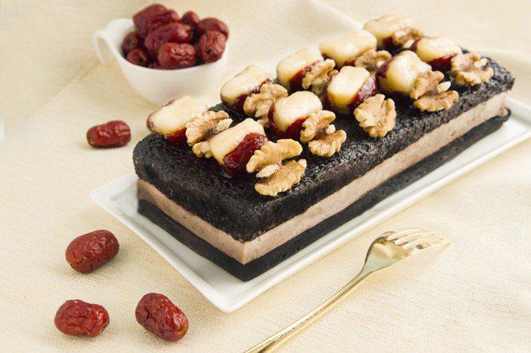 點水樓父親節套餐中,均提供「壽豐鄉黑糯米芋泥紅棗蛋糕」。圖/點水樓提供