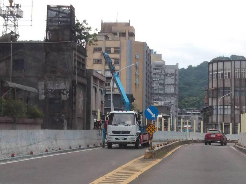 基隆市府整修中正高架橋,當往市區方向封閉施工時(圖),造成車流回堵到國1大業隧道入口外。記者邱瑞杰/攝影