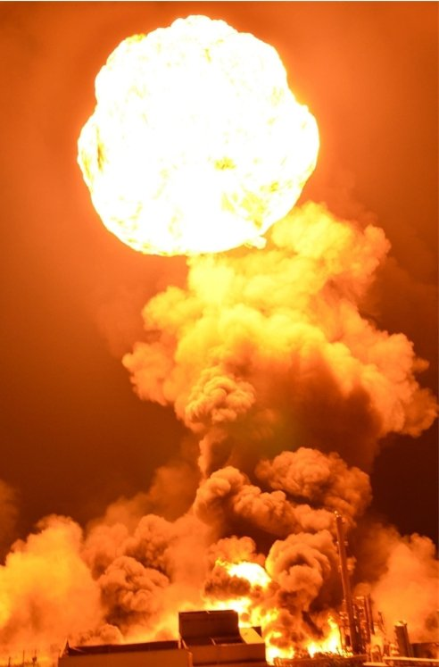 2013年8月6日深夜11時18分,蘆竹鄉海湖北路台硝工廠起火,多次大爆炸,火球沖天,10多公里外可見,當地居民驚恐。圖/聯合報系資料照片