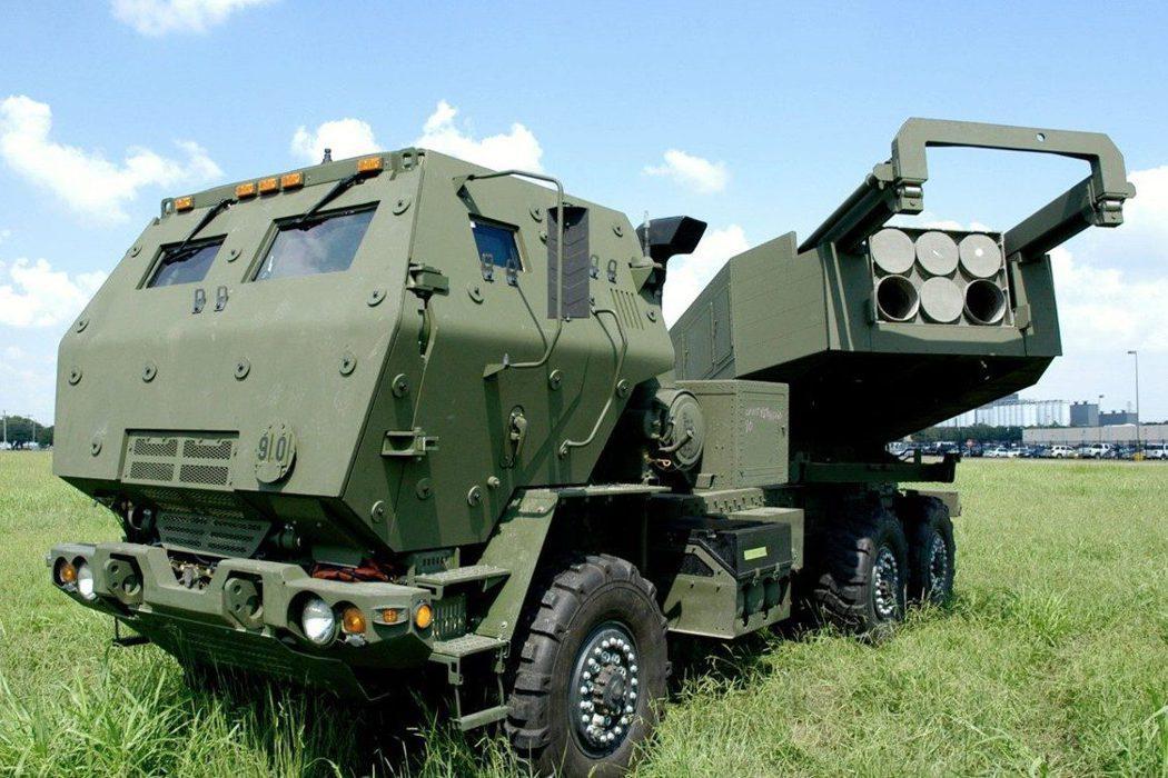 美國去年便已隨HIMARS火箭系統出售了國際版的AFATDS給我國,可見陸軍正有計劃地引進該系統,做為提升砲兵射擊指揮能力的新標凖。圖為HIMARS火箭系統。 圖/取自Lockheed Martin