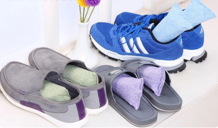 竹炭鞋塞通常只要銅板價,就有除濕、除臭、乾爽三樣功能。  圖/ez buy