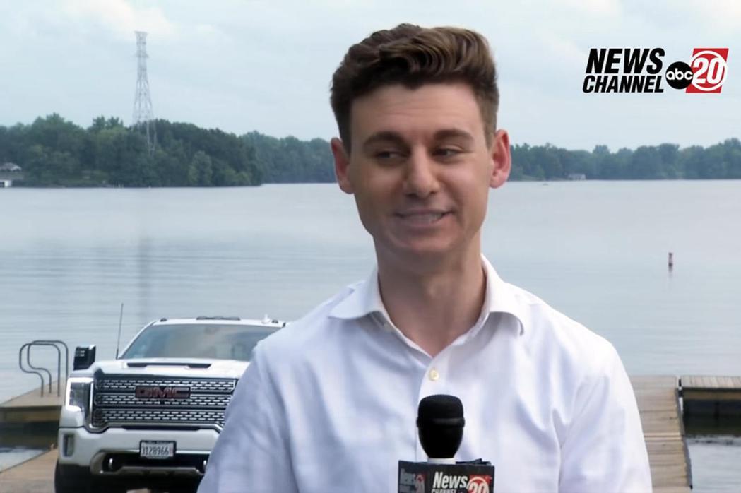記者在直播過程目睹一台白色皮卡沉入湖中。 摘自影片