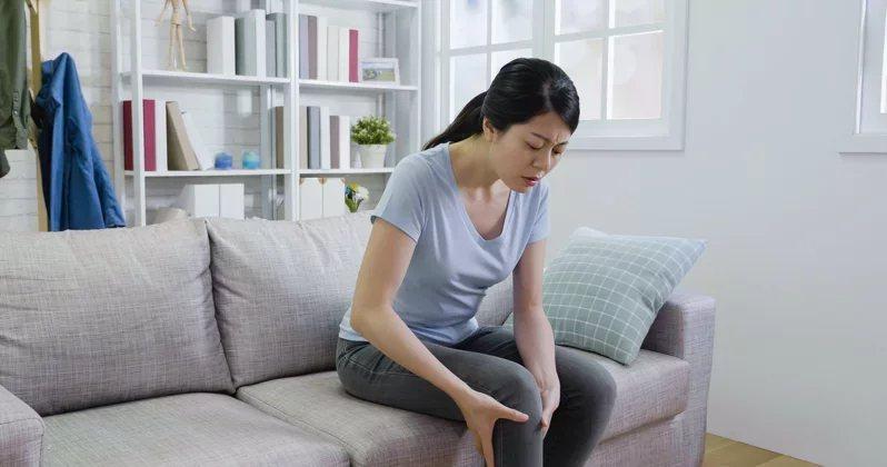 年輕族群的膝蓋痛,大都不是關節炎所致。  圖/123RF
