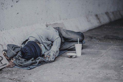 無家者總是被簡單化約成個人的失敗或是不夠努力等因素,但背後是深刻結構性的貧窮議題...