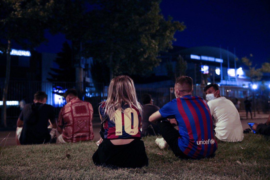 獲報後5日深夜到巴薩主場外靜坐抗議的球迷。 圖/歐新社