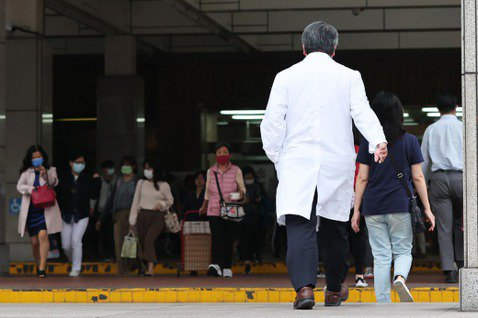 徐維琪/不是在醫院,就是在往醫院的路上:醫事工作為何讓爸爸缺席?