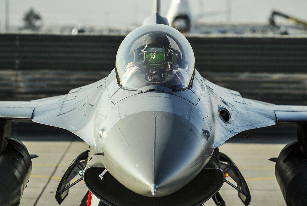 一位F-16戰隼駕駛員準備執行飛行作業。 圖/取自U.S. Air Force