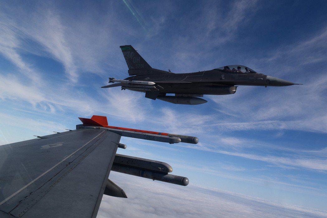一台F-16戰隼正在飛行當中。 圖/取自Air National Guard