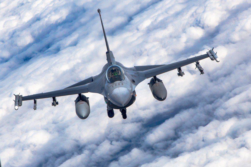 美國對台灣的軍售,往往有許多玄機,在宣布時使用較舊的型號,以避免政治衝擊,但真正交付時的武器系統又是另外一回事。最好的例子就是F-16 A/B Block 20,雖然看似A/B型的舊戰機,卻有接近C/D型的空戰能力。圖為F-16戰隼飛行照。 圖/取自U.S. Air Force