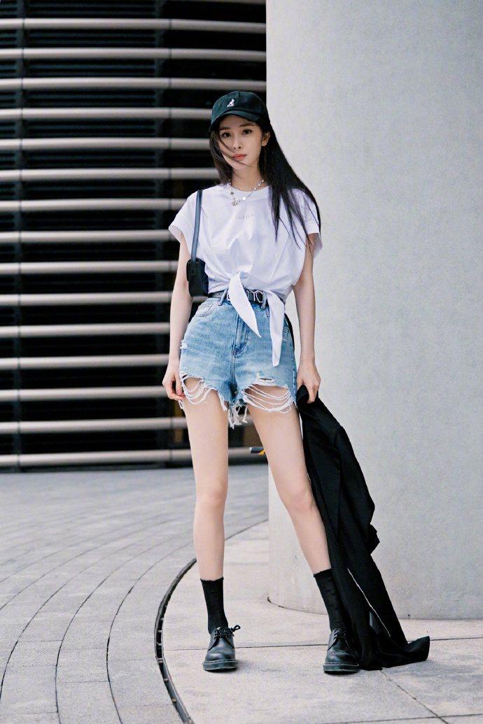楊冪露出無敵長腿,白襯衫、牛仔短褲的穿搭就是學生模樣。圖/取自微博