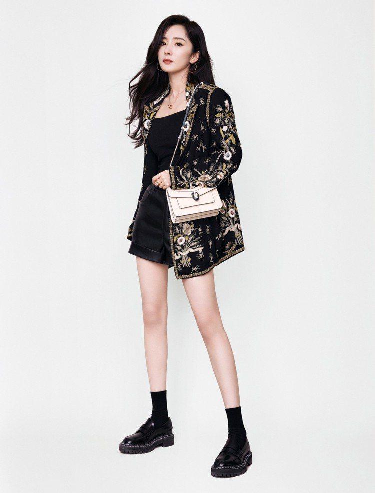 楊冪的長腿取勝穿搭造型不論休閒、酷炫都常出現,她穿ETRO刺繡外套、MO&...