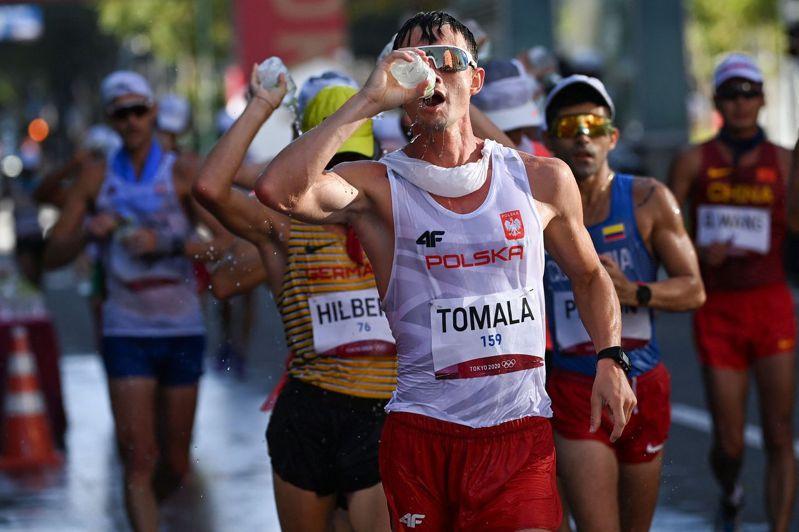 50公里競走項目的選手,能夠在比賽途中吃東西、上廁所。圖為本次奧運冠軍托馬拉。 法新社