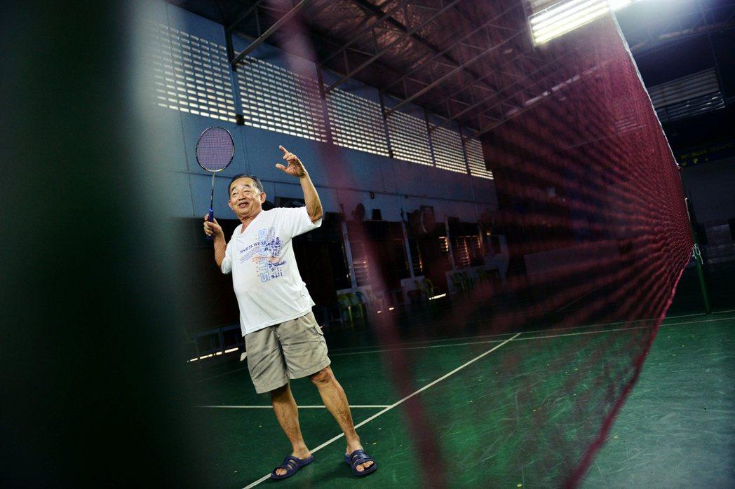 圖為李宗偉的啟蒙教練鄭炳發。李宗偉打羽球的決定原不獲家人支持,後來在教練的帶領下...