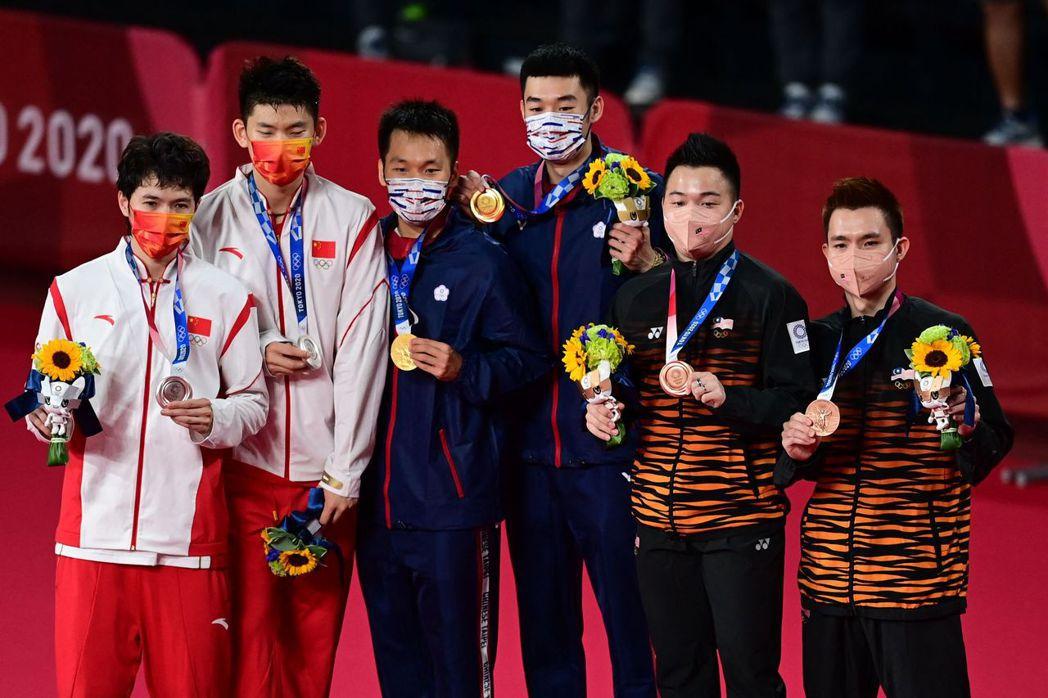 圖為東京奧運男雙金銀銅獲獎選手。其中,馬來西亞羽球選手——謝定峰及蘇偉譯(右)—...