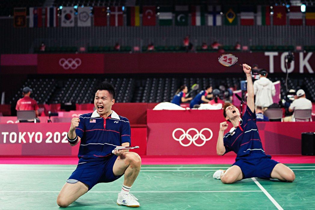 馬來西亞男雙羽球選手——謝定峰及蘇偉譯在戰勝印尼後,激動歡呼。 圖/路透社