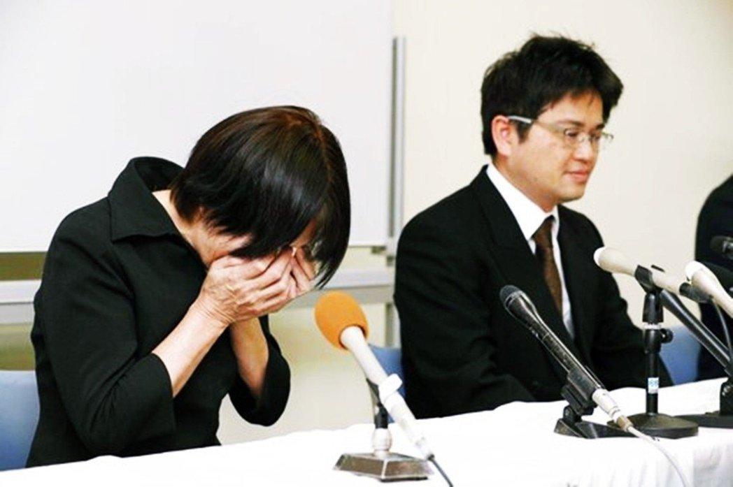 在事故後大津保育園園長(圖左)召開記者會說明,但卻遭到媒體記者針對「園方的責任」...