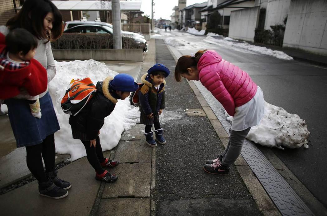 一般在日本的娃娃車接送流程上,都會至少配置一名隨車教師,可以照顧到兒童安全,也確...