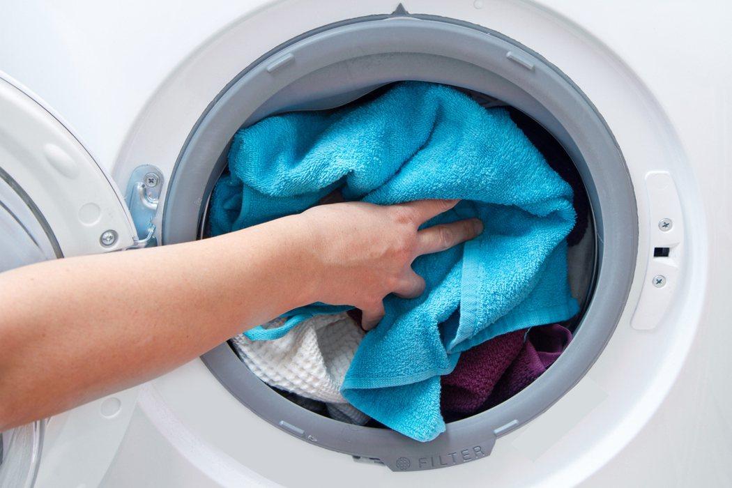 許多租屋都標榜有獨立洗衣機,但實際是都放在浴室,讓人擔心是否會有漏電危險。 圖/...