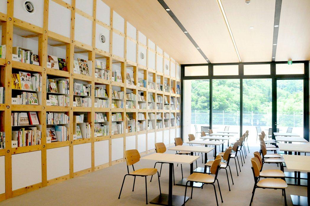 木育體驗區提供能夠自由閱讀戶外相關書籍或兒童繪本的圖書館空間。 圖/ヴィソン多...