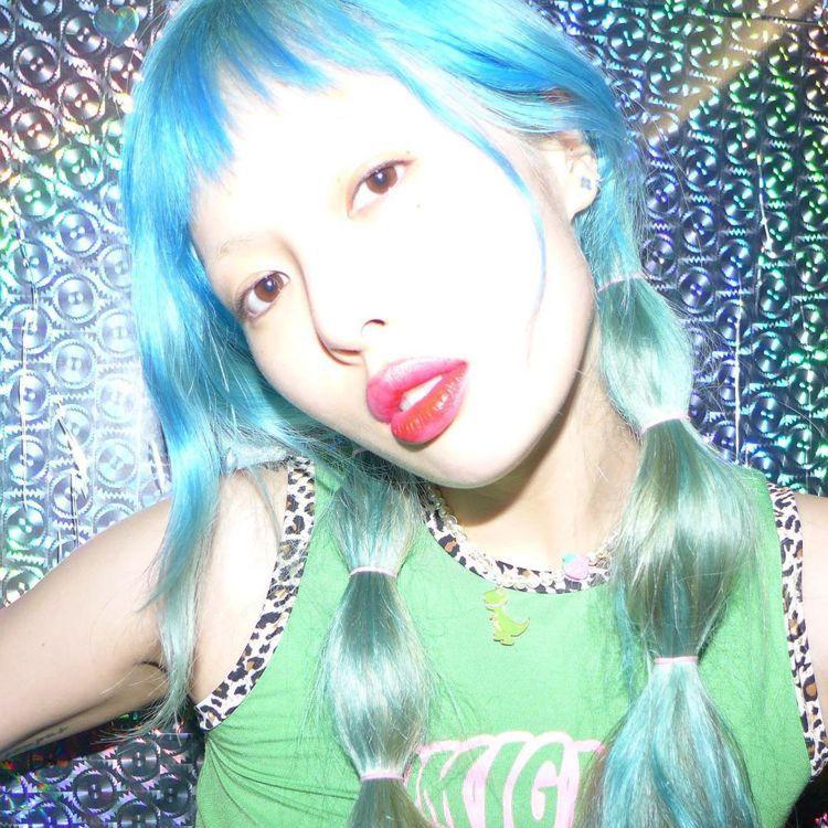 戴著可愛的草莓恐龍項鍊,泫雅的髮色是湖水藍與多莉藍的交錯。圖/取自IG