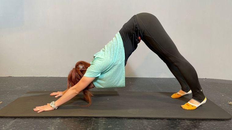 物理治療師Flyna飛娜分享NG的追劇姿勢會造成身體哪些危害,並且教大家3招運動...