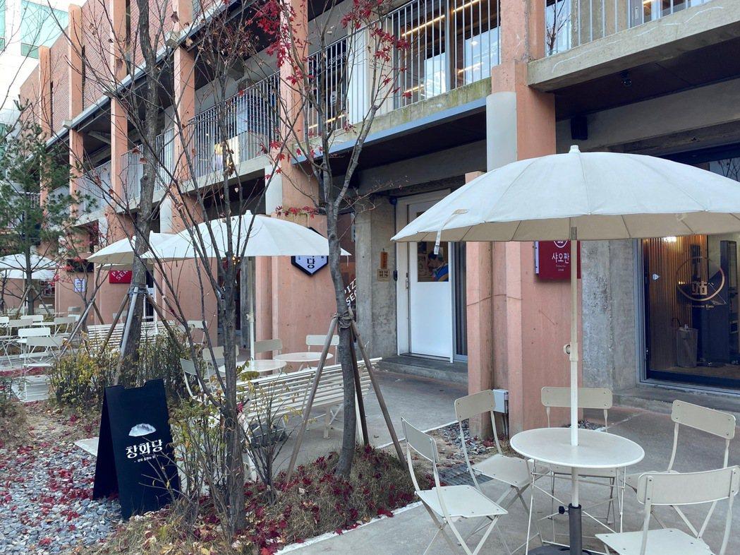聖水聯邦匯聚了許多小餐館。 圖/陳信方攝影