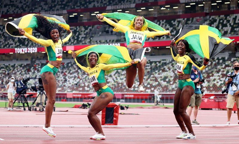 牙買加奪得4X100接力金牌,湯普森-赫拉(左)則贏得個人第3金。 歐新社