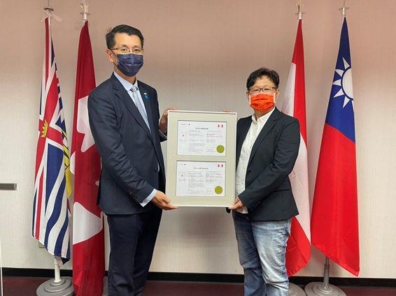 ISO/IEC 27701授證儀式,TCIC全球營運總經理梁日誠(左)、全鼎資訊...