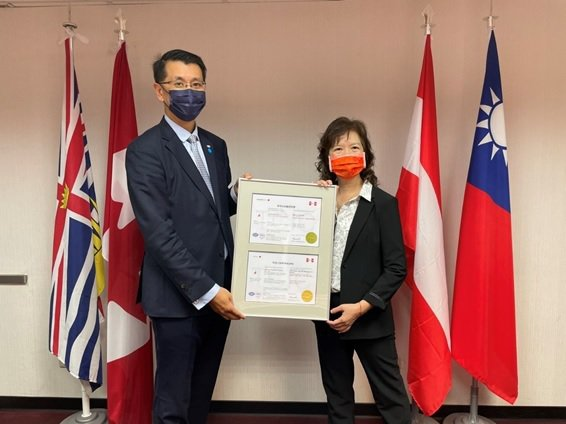 TCIC全球營運總經理梁日誠(左)主持ISO/IEC 27001授證儀式,全鼎資...