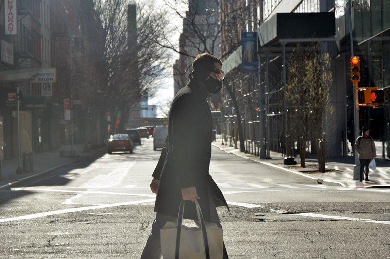 從去年疫情爆發以來,外出戴口罩已成為紐約人的日常習慣。 (攝影/李濠仲)