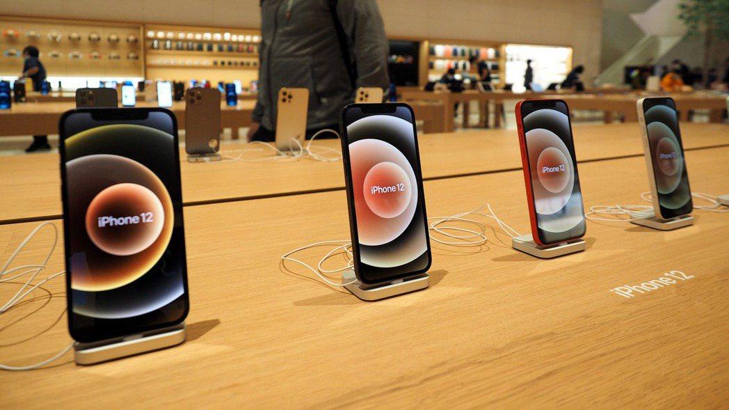 台北一家蘋果商店內展示的iPhone 12。  歐新社