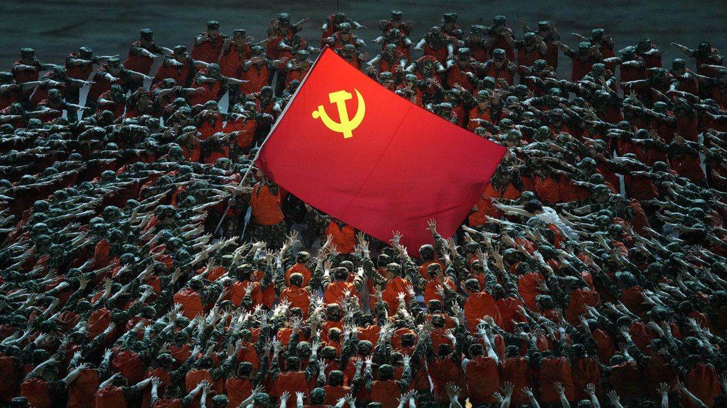 在「改革開放」之前,中共發現實施共產主義,國家會相對貧窮且倒退,所以決定一步到位...