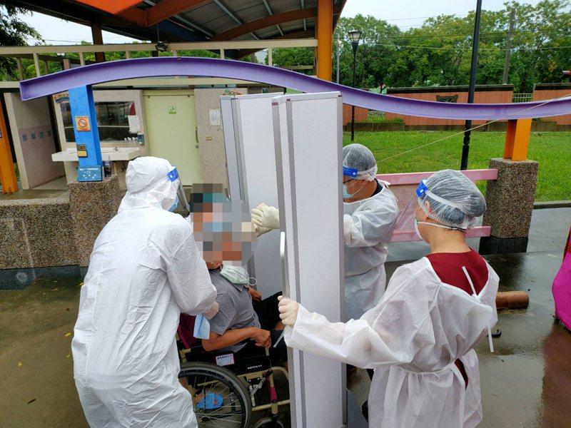 嘉義縣工廠群聚染疫擴大篩檢站篩檢情形。圖/嘉縣府提供