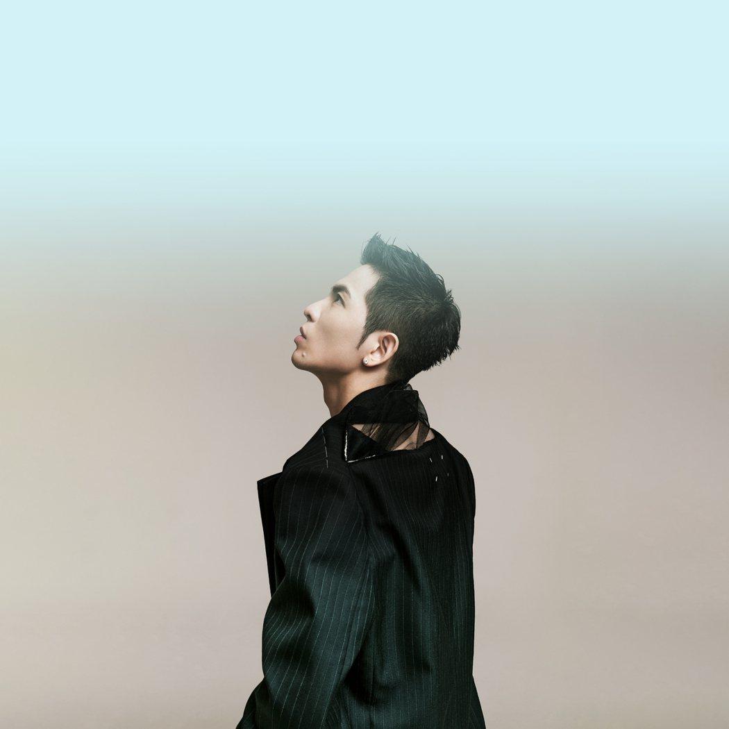 老蕭成陸綜團寵,不忘歌手本業,推出新歌「我」。圖/華納音樂提供
