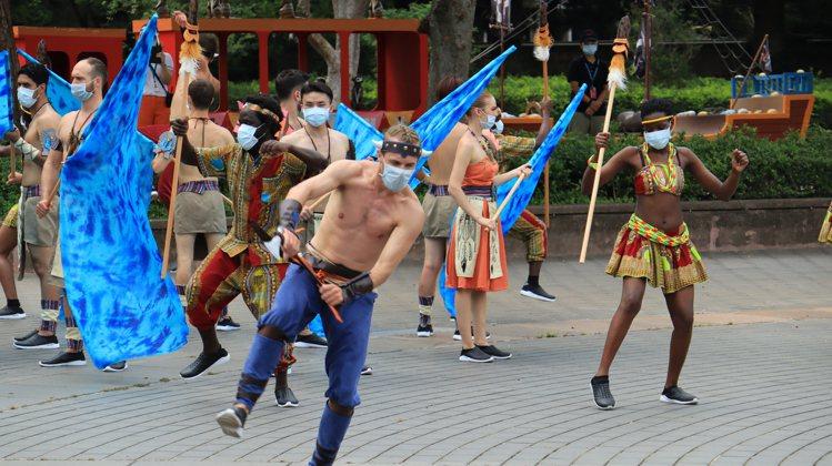 六福村暑假期間推出「部落狂歡」主題活動,精彩限定演出海盜部落大遊行─達努嘉年華。...