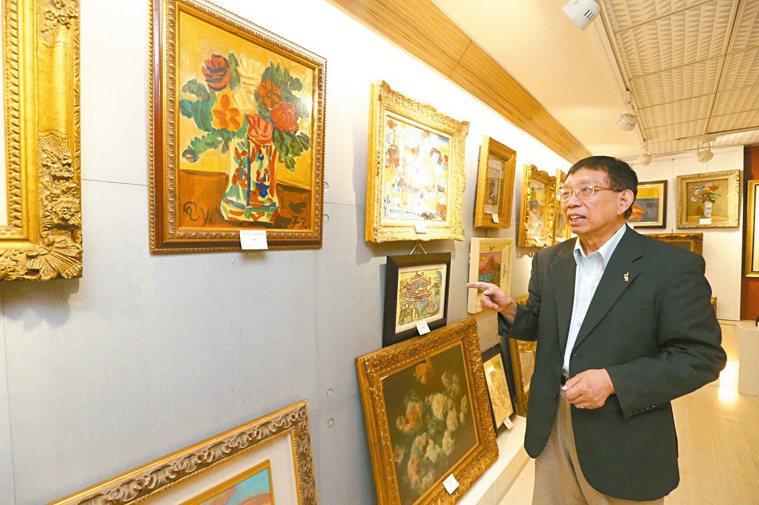 蘇益仁愛好藝術,家中收藏許多台灣早期藝術家作品,像是私人美術館。 記者劉學聖/...