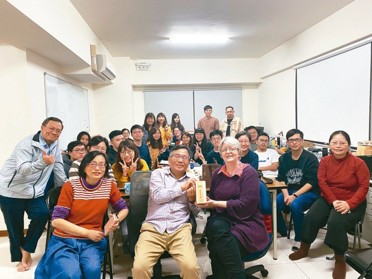 陳秀熙(前排中)主持的「英文讀書會」持續20年,有好多「孩子們」參與。(後排右三...