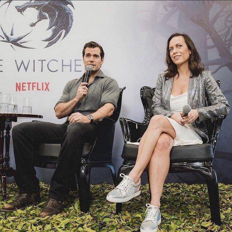 「獵魔士」製作人勞倫施密特希斯里希日前受訪,提到她與男主角亨利卡維密切聯繫,討論